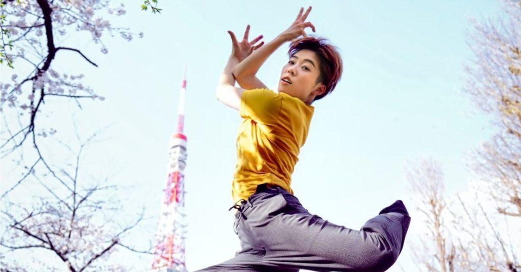 ダンサー、上田舞香 フォトグラファー、後藤奈津子 東京タワーを背景にジャンプするダンサー